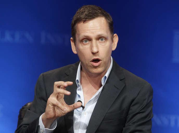 Peter Thiel fait un geste avec la main droite.