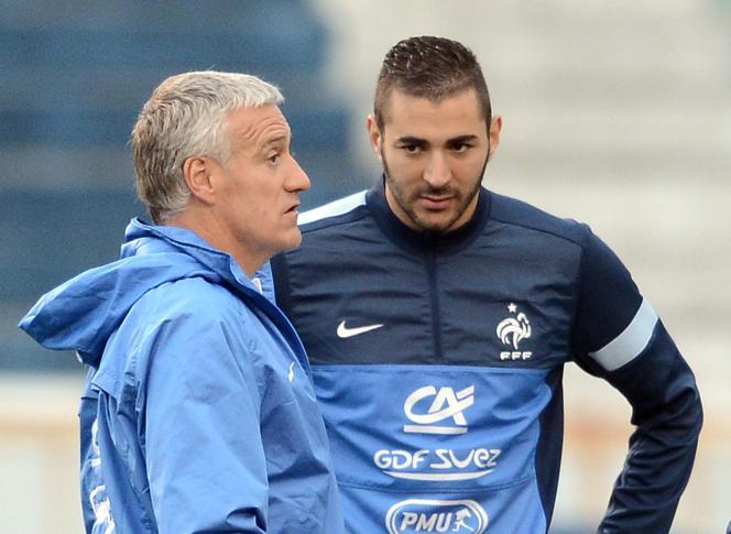 Le 6 juin 2013 à Porto Alegre, Karim Benzema et Didier Deschamps s'entretiennent.