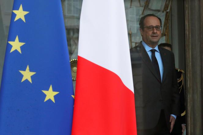 Le président français François Hollande à l'entrée du palais de l'Elysée, le 1er juin.