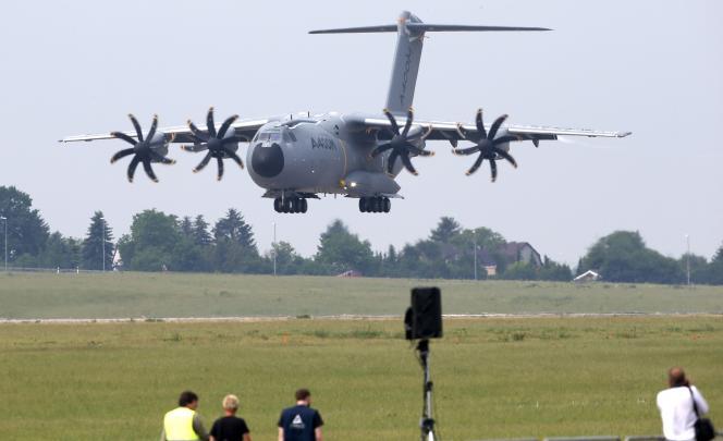 L'Airbus A400M atterissant à Berlin, mardi 31 mai, à la veille de l'ouverture dusalon aéronautique ILA.