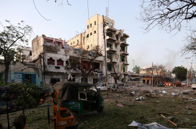 Devant l'hôtel Ambassador, à Mogadiscio, après l'explosion d'une voiture piégée, le 1er juin 2016.