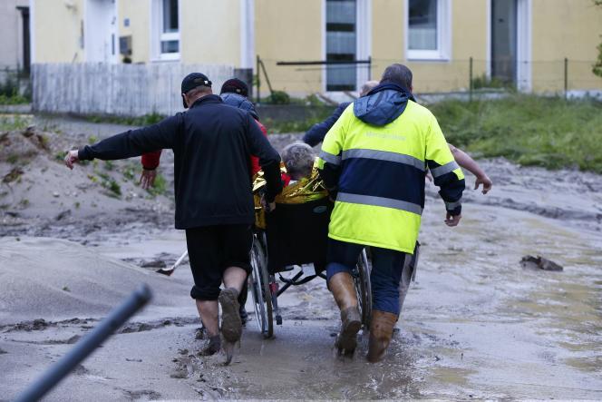 Une femme âgée est évacuée, mercredi 1er juin, dans la petite ville de Simbach am Inn (Bavière). Trois personnes sont mmortes en raison des inondations à Simbach.