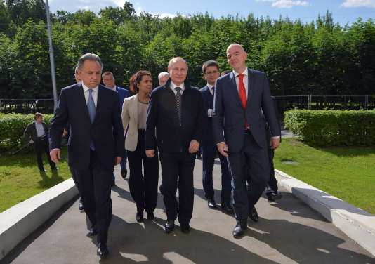 Vitali Moutko, ministre des sports russe, son président Vladimir Poutine et le président de la FIFA Gianni Infantino lors d'un événement préparatoire à la Coupe du monde 2018 en Russie, le 1er juin 2016.