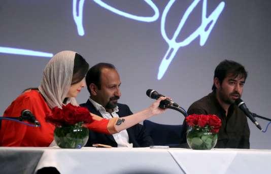 De gauche à droite : l'actriceTaraneh Alidoosti, le réalisateur Asghar Farhadi et l'acteurShahab Hosseini lors d'une conférence depresse à Téhéran; le 30 mai 2016. Leur film « Le Client» a été primé au Festival de Cannes.