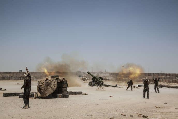 Une milice chiite de la Mobilisation populaire tire au canon sur le village de Saklawiya, à l'est de Fallouja, en Irak, le 29 mai 2016.