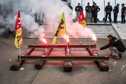 Manifestation de cheminots devant le Medef, le 1er juin.