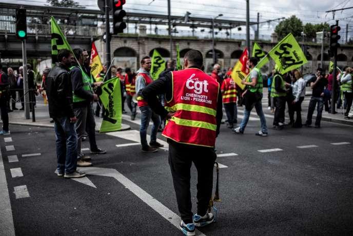 Des employés de la SCNF manifestaient lundi 1er juin à Lyon.