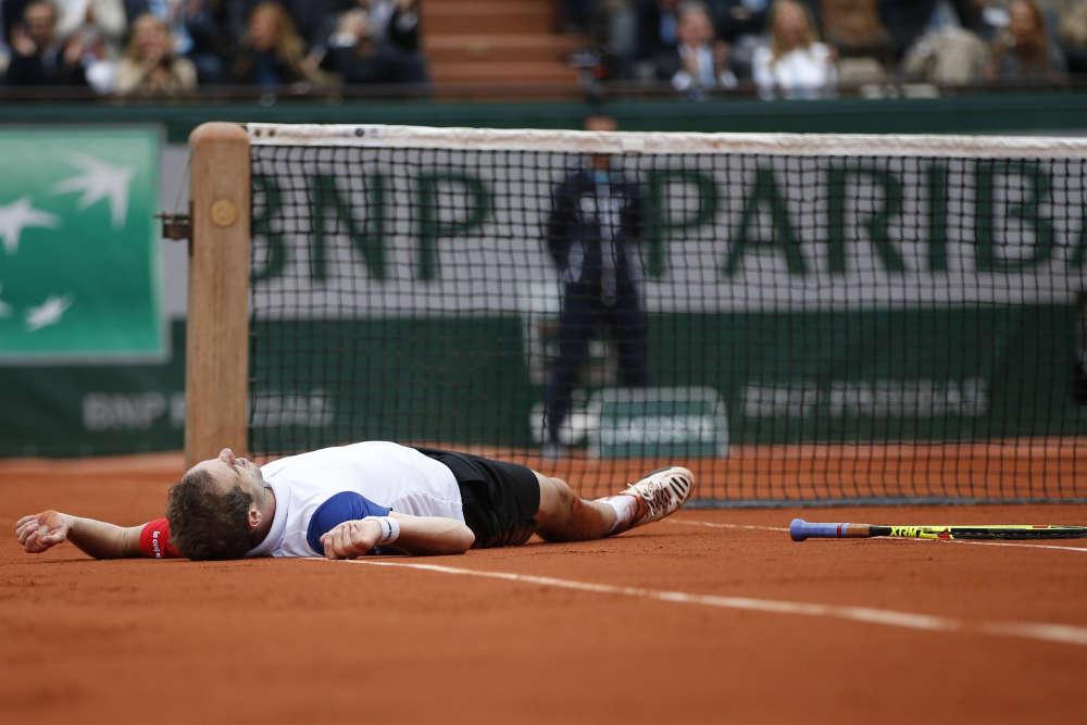 Richard Gasquet, étendu sur la terre battue de Roland-Garros, lors du quart de finale perdu face à Andy Murray, mercredi 1er juin (7-5, 6-7 [3-7], 0-6, 2-6).