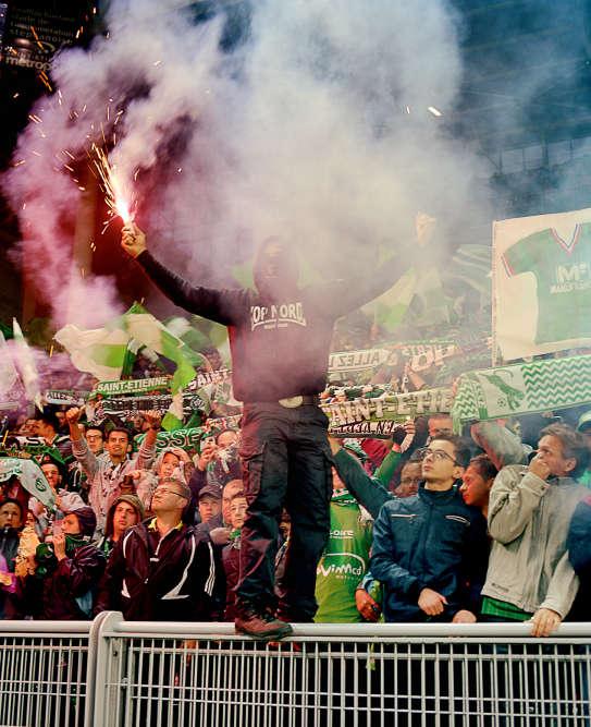 Pas question pour ces supporteurs de se rendre au stade dans une tenue négligée. Les ultras se distinguent par leurs vêtements haut de gamme, signes de reconnaissance entre initiés. Ici, les Magic Fans de l'AS Saint-Etienne, le 14 mai dernier. Seuls les imitiés repèrent les supporteurs aux tenues recherchées et codifiées.
