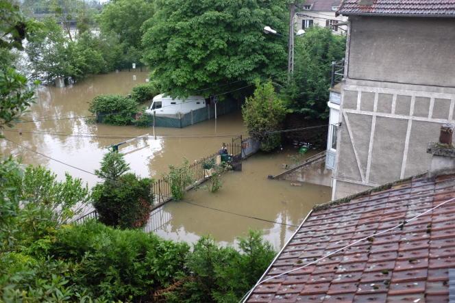 La montée des eaux à Villeneuve-le-Roi (Val-de-Marne) a pris au piège des véhicules et des habitations jeudi 2 juin.