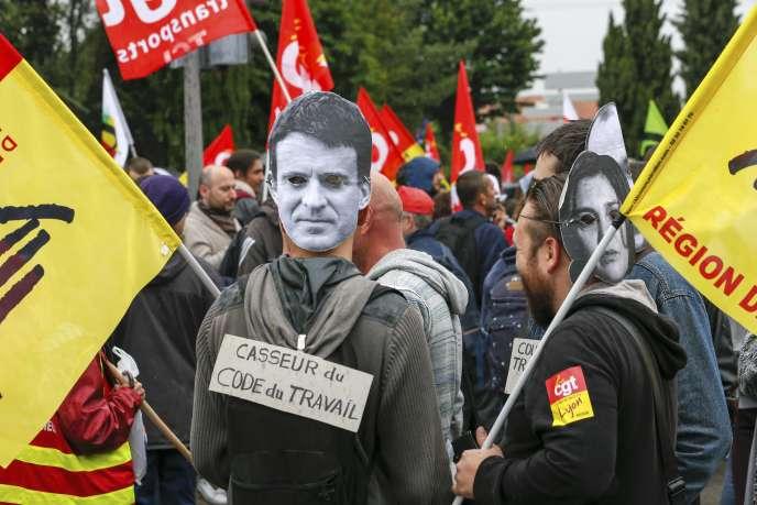 Des opposants à la loi travail, le 2 juin à Pierre-Bénite, dans le Rhône.