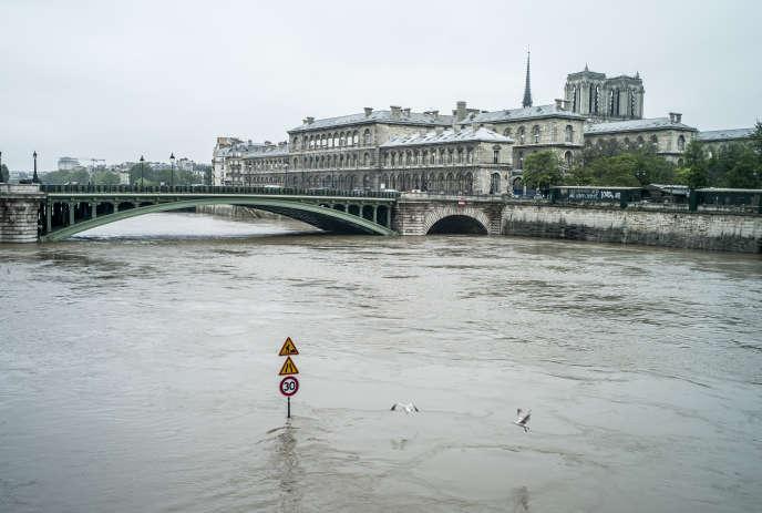 Sur les quais de Seine, dans le centre de Paris, pres de la place du Chatelet.