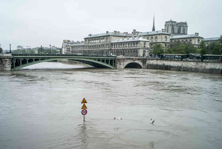 Près de la place du Châtelet.A Paris et en Ile-de-France, le niveau de la Seine suscite des inquiétudes. Dans la capitale, où le niveau de vigilance jaune a été activé, la montée des eaux est rapide.