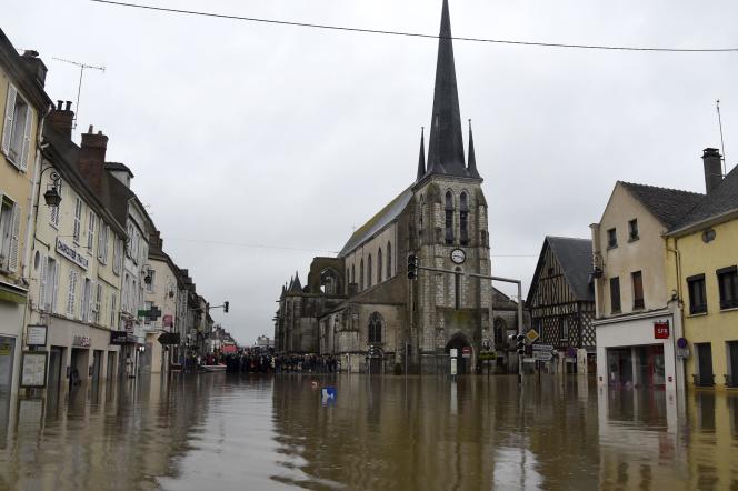 L'église Saint-Jean-Baptiste (XIIe siècle), au centre de Nemours, le 2 juin 2016. Un an après, des pans de murs de pierre restent fragilisés, et l'humidité a eu raison d'une partie des voûtes, qui s'effritent.