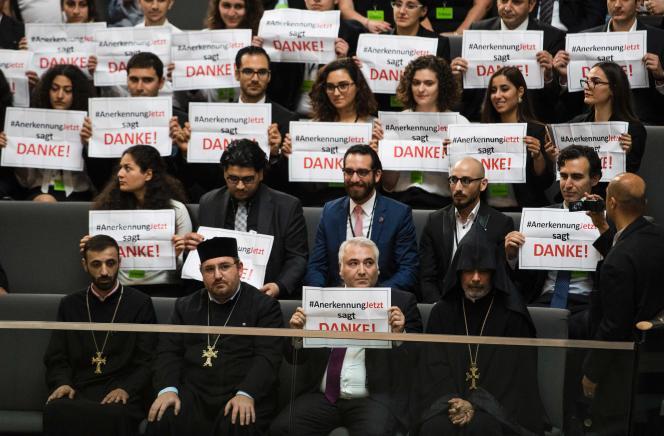 Des Arméniens saluent le vote des députés allemands en faveur de la reconnaissance du génocide de leur peuple par l'empire ottoman au début du XXe siècle.