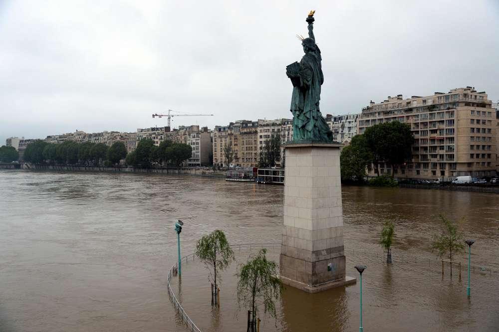 La statue de la Liberté, sur la Seine à Paris, mercredi 1er juin.
