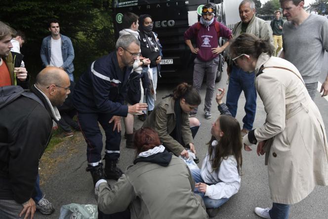 Un pompier auprès d'une femme blessée lors de la charge, le 2 juin à Rennes.