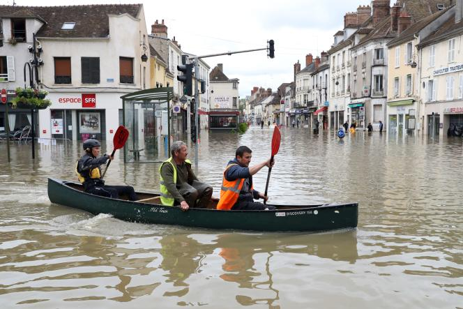 Des volontaires ont prêté main forte aux secours pour évacuer des habitants de Nemours en kayak.