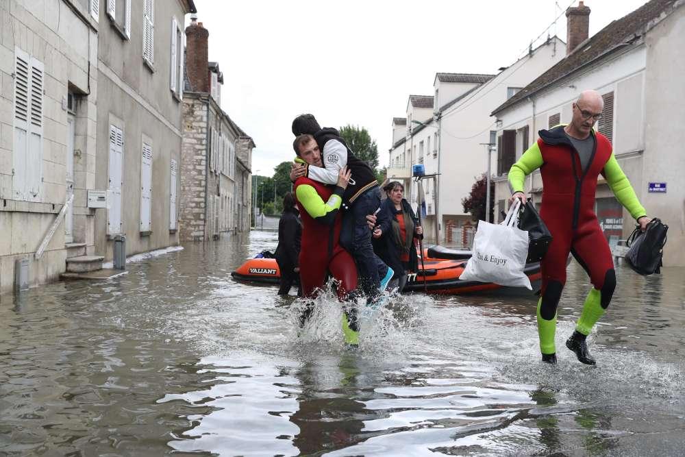Evacuation des habitants dans la commune de Souppes-sur-Loing (Seine-et-Marne), mercredi 1er juin, en raison des inondations causées par un épisode de pluies record en France.