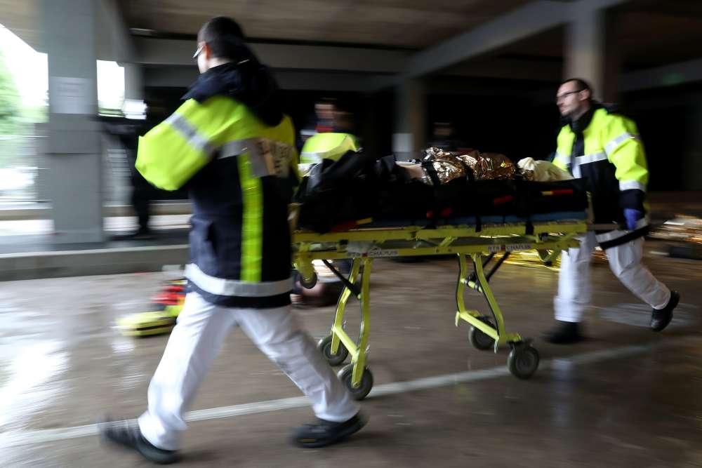 11 h 06, un premier brancard arrive, l'évacuation des faux blessés peut commencer.