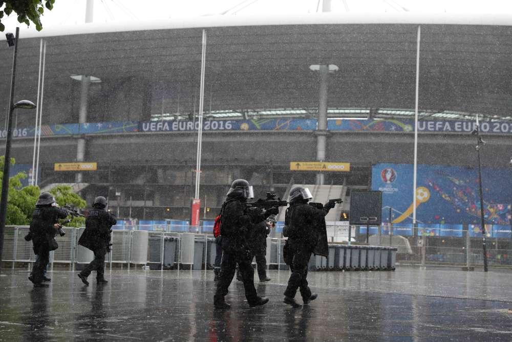 9 h 40 : la première fausse explosion s'est produite dans les coursives derrière les tribunes du stade.