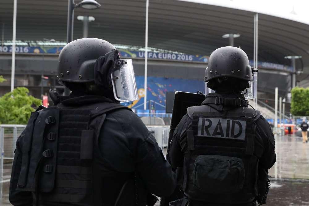 «Il faut s'imaginer qu'il est 22 ou 23 heures, en plein match, et que le stade est plein...», prévient la porte-parole de la préfecture de police de Paris, Johanna Primevert.