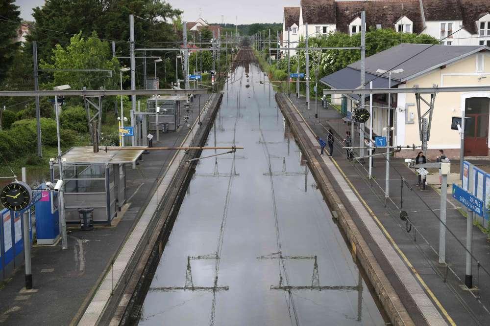 Les rails submergés à Souppes-sur-Loing, dans le sud de Paris, où une femme âgée de 86 ans a été retrouvée morte dans son domicile inondé.