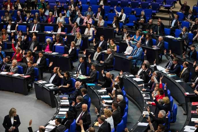« On ne peut pas dire que le Parlement allemand est allé trop loin en accréditant, cent ans après, ce que ses propres consuls, vice-consuls et ambassadeurs de l'Empire ottoman rapportaient à Berlin. Il est même honteux que cela ait pris cent ans» (Photo: le Bundestag, le 2 juin, reconnaît le génocide des Arméniens).