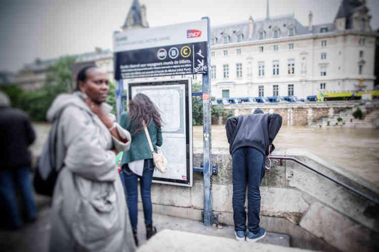 La station Saint-Michel-Notre-Dame, à Paris, n'etait déjà plus desservie depuis la fin de la matinée et la station Invalides a également été fermée vers 14 heures.