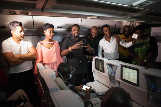 Le réalisateur nigérian, Kunle Afolayan (au centre), entouré de l'équipe du filmThe CEO diffusé en avant-première dans le vol Lagos-Paris.