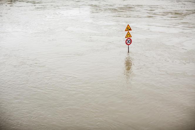 Sur les quais de Seine, dans le centre de Paris, pres de la place du Chatelet