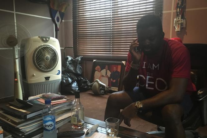 Kunle Afolayan, dans son bureau de Lagos, avant d'embarquer dans le volAF 0149 pour Paris.