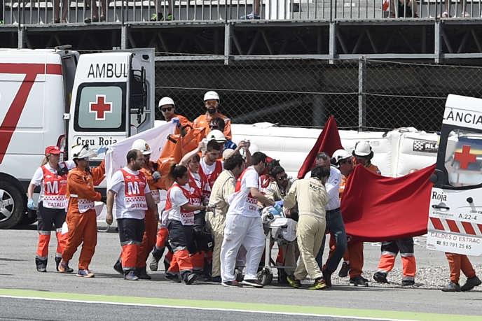 Le pilote Moto 2 Luis Salom, évacué après son accident lors des essais du Grand Prix d'Espagne, vendredi 3 juin.