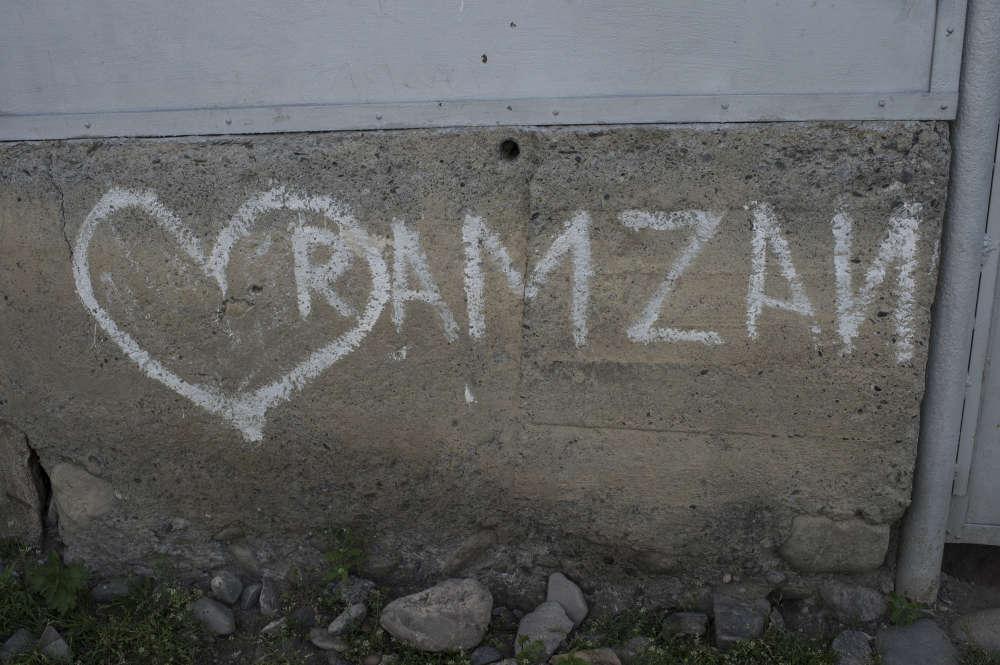 Du jeune Ramzan, il ne reste que ces inscriptions tracées à la craie sur les murs de sa maison : « Ramzan, 16 years old », « Ramzan, love ». Tina Alkhanichvili, sa mère, l'a compris plus tard : Ramzan était parti en Syrie.