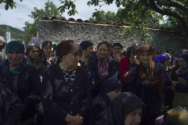 Les femmes de Duisi se recueillent pendant les funérailles.