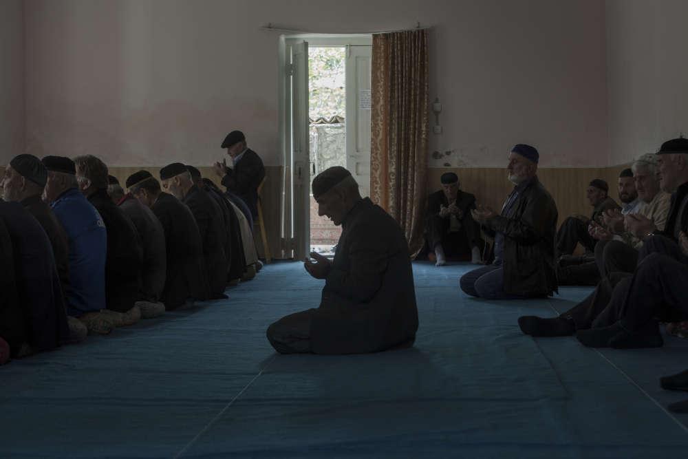 La prière du vendredi à la mosquée de Duisi, principal bourg de la vallée du Pankissi.