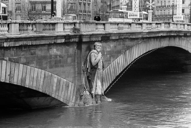 Le zouave du pont de l'Alma sur la Seine en crue a les pieds dans l'eau à Paris le 5 janvier 1968. Le fleuve se situe alors à environ 4,10 m.