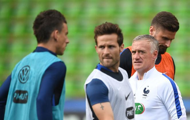 Didier Deschamps (en blanc) lors d'une cession d'entraînement avec les Bleus, à Metz, le 3 juin.