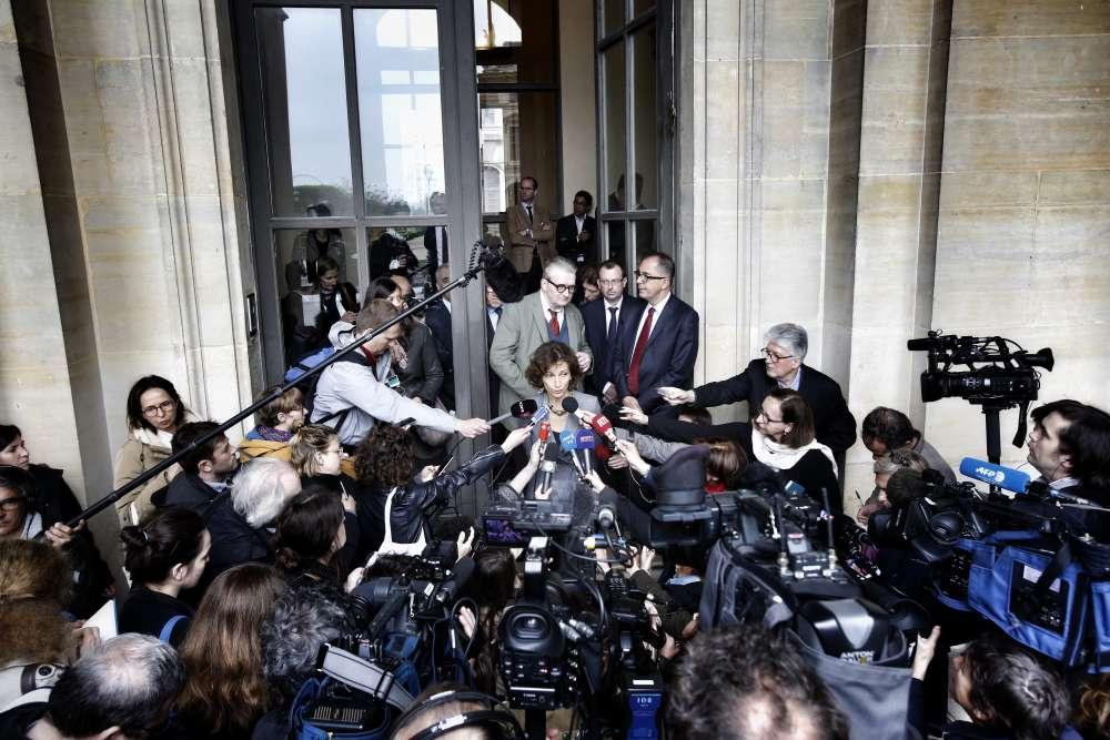Apres une réunion au Musée du Louvre avec Audrey Azoulay, ministre de la culture, Jean-Luc Martinez, président de l'établissementet les représentants des administrations culturelles françaises. Face au Louvre, le Musée d'Orsay, également fermé depuis jeudi soir, gardera portes closes jusqu'à mardi, lundi étant son jour de fermeture habituelle, a annoncé son président, Guy Cogeval.
