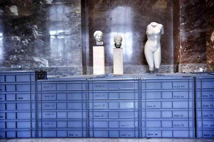 Dans le pavillon Mollien (côté Seine), des œuvres d'art grec protégées, en prévision d'une éventuelle inondation des salles du musée.