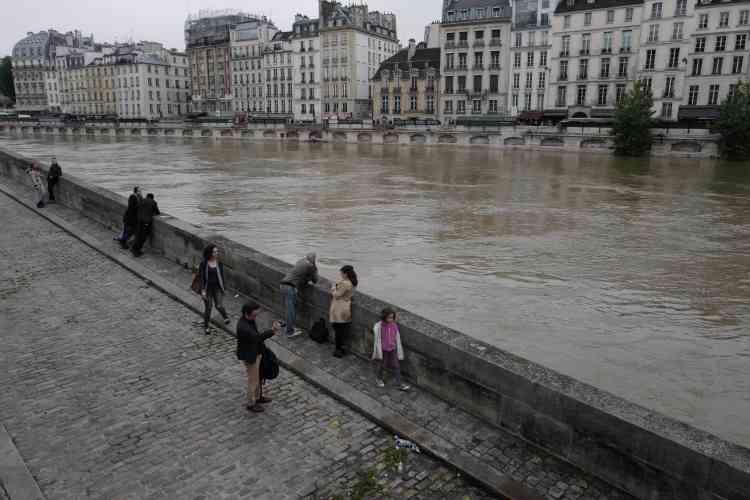 Près de la station de métro Saint-Michel, fermée au public vendredI.
