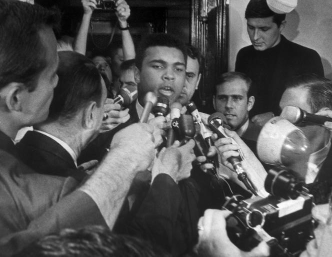 Le 29 avril 1967 à New York, Cassius Clay, pas encore renommé Mohamed Ali, explique lors d'une conférence de presse pourquoi il refuse de combattre au Vietnam.