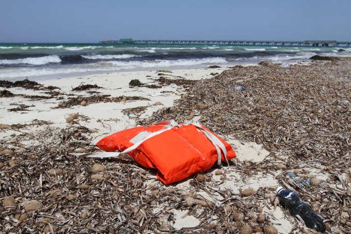 Un gilet de sauvetage sur une plage de Libye, à proximité d'une route fréquentée par les migrants qui tentent de rejoindre l'Europe en traversant la mer Méditerranée.