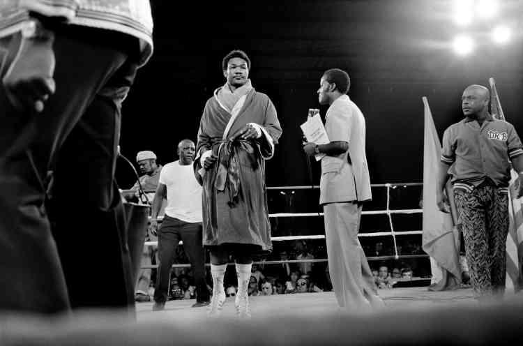 George Foreman montant sur le ring.