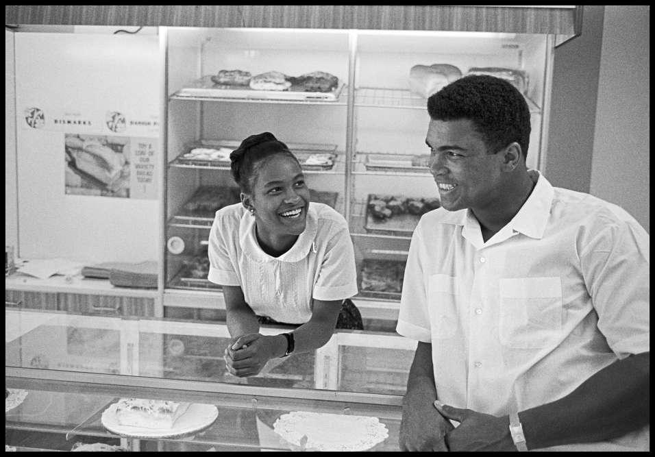 Avec Belinda, la petite amie du boxeur, à Chicago en 1966. Elle deviendra sa seconde épouse.