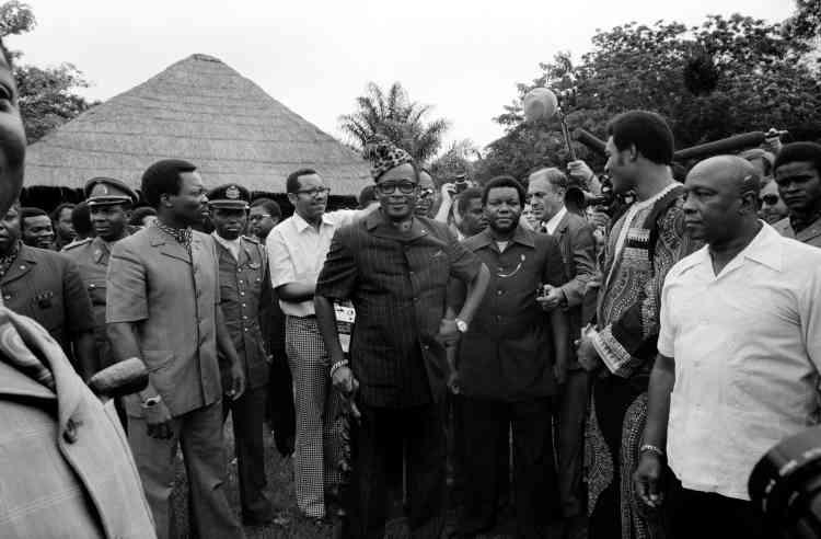 Le président Mobutu entouré par ses gardes du corps.