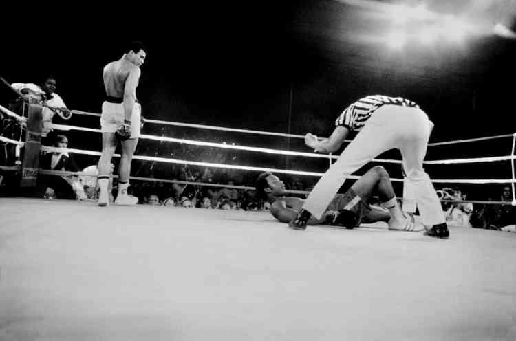 Et au huitième, Ali se lâche et envoie Foreman au tapis.