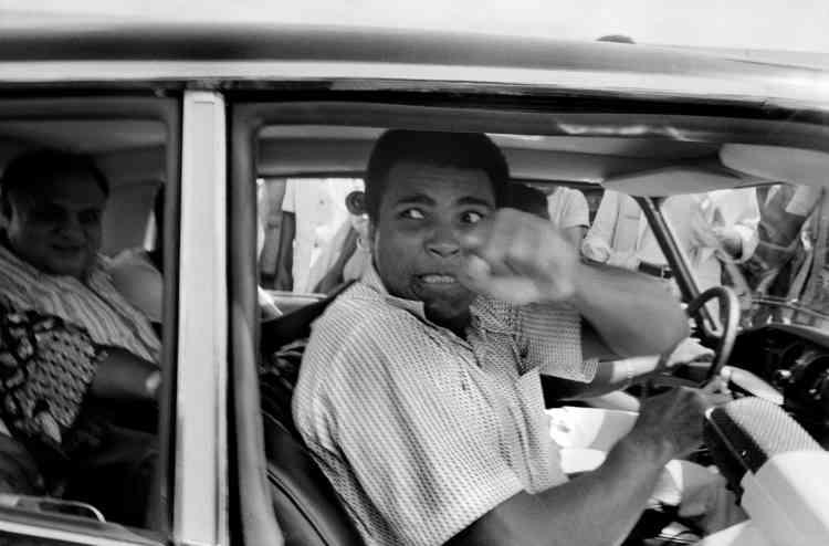 Dans les rues de Kinshasa, Ali redécouvre brutalement sa notoriété et réalise qu'il a participé, d'une certaine manière, à… changer le monde en refusant d'aller se battre au Vietnam.« Ali boumayé » (« Ali, tue-le »), hurle-t-on lorsque l'on croise sa grande silhouette.