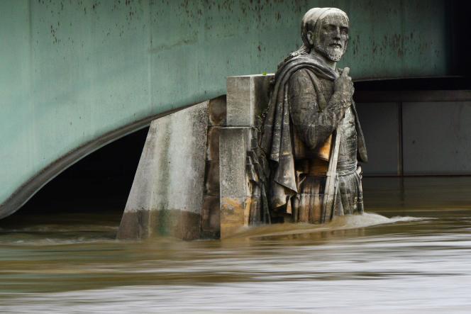 Le Zouave du pont de l'Alma, le 3 juin 2016,après de fortes pluies à Paris.