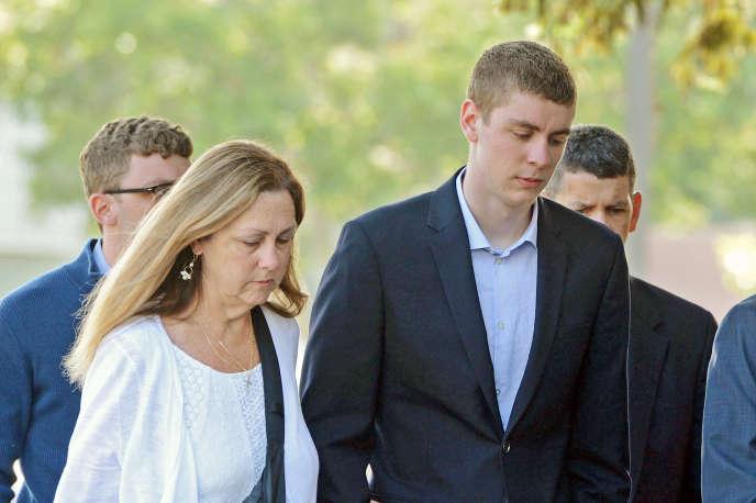 Brock Turner, 20 ans, devant le tribunal de Santa Clara, à Palo Alto. L'ancien étudiant de Stanford a été condamné à six mois de prison pour avoir violé une jeune fille inconsciente après une soirée.